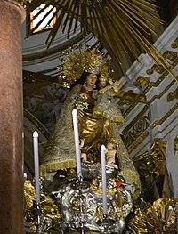 Estàtua de la mare de Déu dels Desemparats a la seua basílica de València.JPG