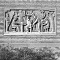 Exterieur GEVEL, reliëf 'AMBACHTSLIEDEN PHILIPS' (FRI HEIL, 1954) - Eindhoven - 20372845 - RCE.jpg