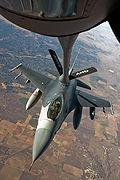 Een F-16 Fighting Falcon die tijdens de vlucht brandstof ontvangt van een Boeing KC-135 Stratotanker