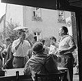 Feestgangers bij de ingang van een wijnbedrijf, Bestanddeelnr 254-3901.jpg