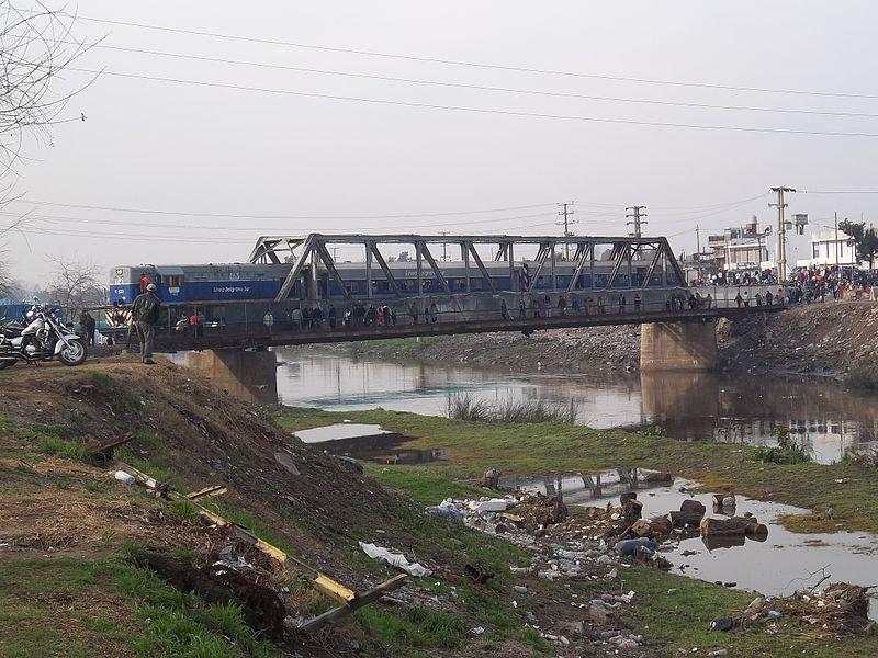 File:Formación del FCGB en el puente sobre el río Matanza 2.jpg