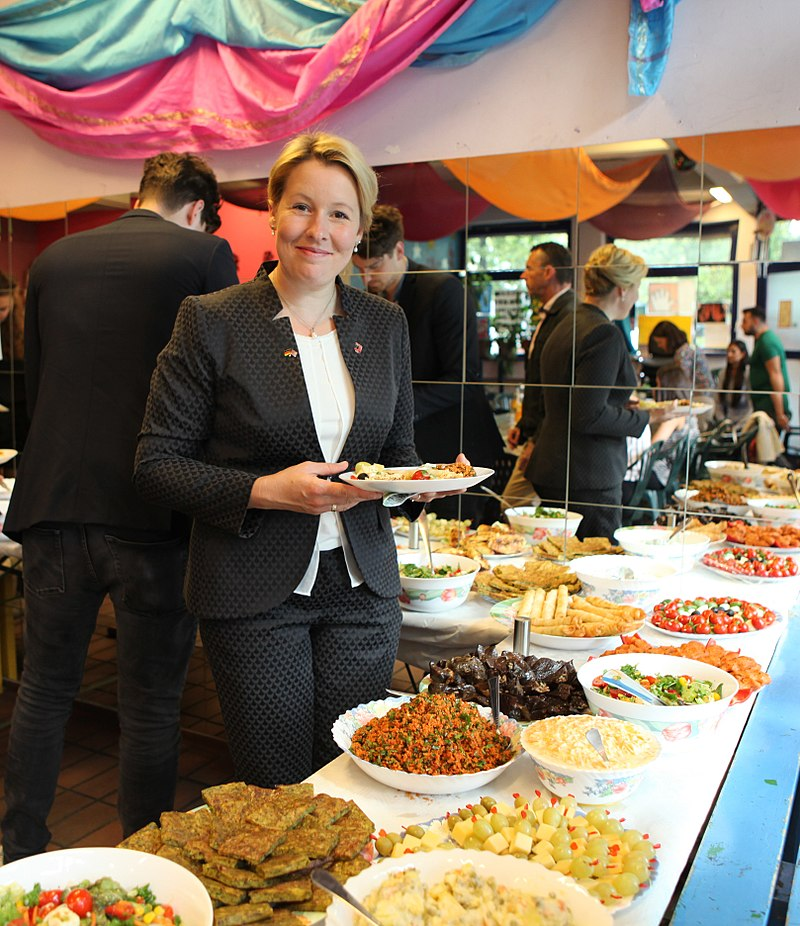Franziska Giffey am Buffet 2016.jpg