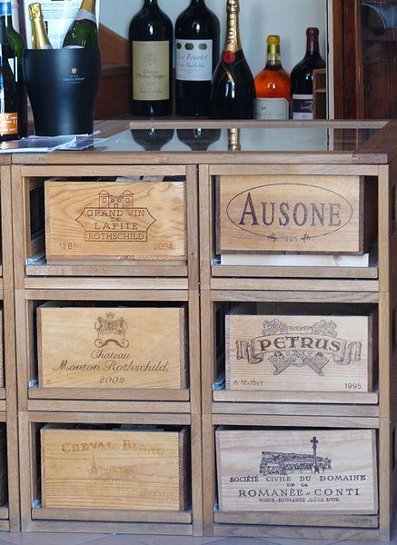 Une armoire contenant des vins de prestige. Source : michael clarke/Wikipédia