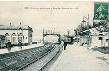 upload.wikimedia.org/wikipedia/commons/thumb/1/1f/GI_2069_-_Chemin_de_fer_%C3%A9lectrique_de_Versailles_-_Station_d%27Issy.JPG/220px-GI_2069_-_Chemin_de_fer_%C3%A9lectrique_de_Versailles_-_Station_d%27Issy.JPG
