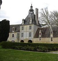 Gouvix , ch. d'Outrelaize,charretterie, porterie et logis du gardien vus du sud.JPG