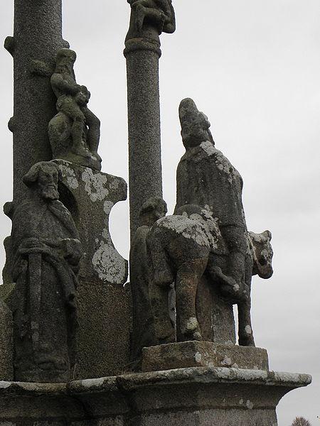 Calvaire de l'enclos paroissial de Gurunhuel (22). Face ouest. Saint-Paul, Ecce Homo et cavalier.