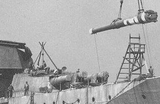 Kongō-class battlecruiser - A 14-inch gun being installed aboard Haruna, October 1914