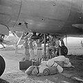 Het lossen en laden van de vliegtuigen op vliegveld Kemajoran door Japanse krijg, Bestanddeelnr 255-6805.jpg