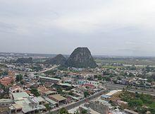 Ngọn Kim Sơn (cao hơn) bên cạnh 2 ngọn Hỏa Sơn (thấp hơn), nằm ở phía tây  cụm núi Ngũ Hành Sơn Đà Nẵng, bên phải đường Đà Nẵng - Hội An.