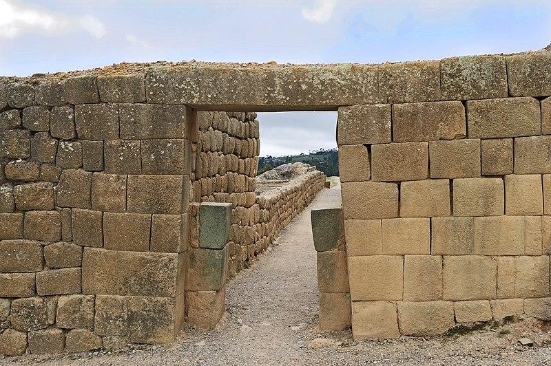 Portetes hechos de piedra. Provincia de Cañar