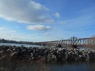 International Railway Bridge - The International Railway Bridge in December 2014 from the south, approaching Ferry Street.