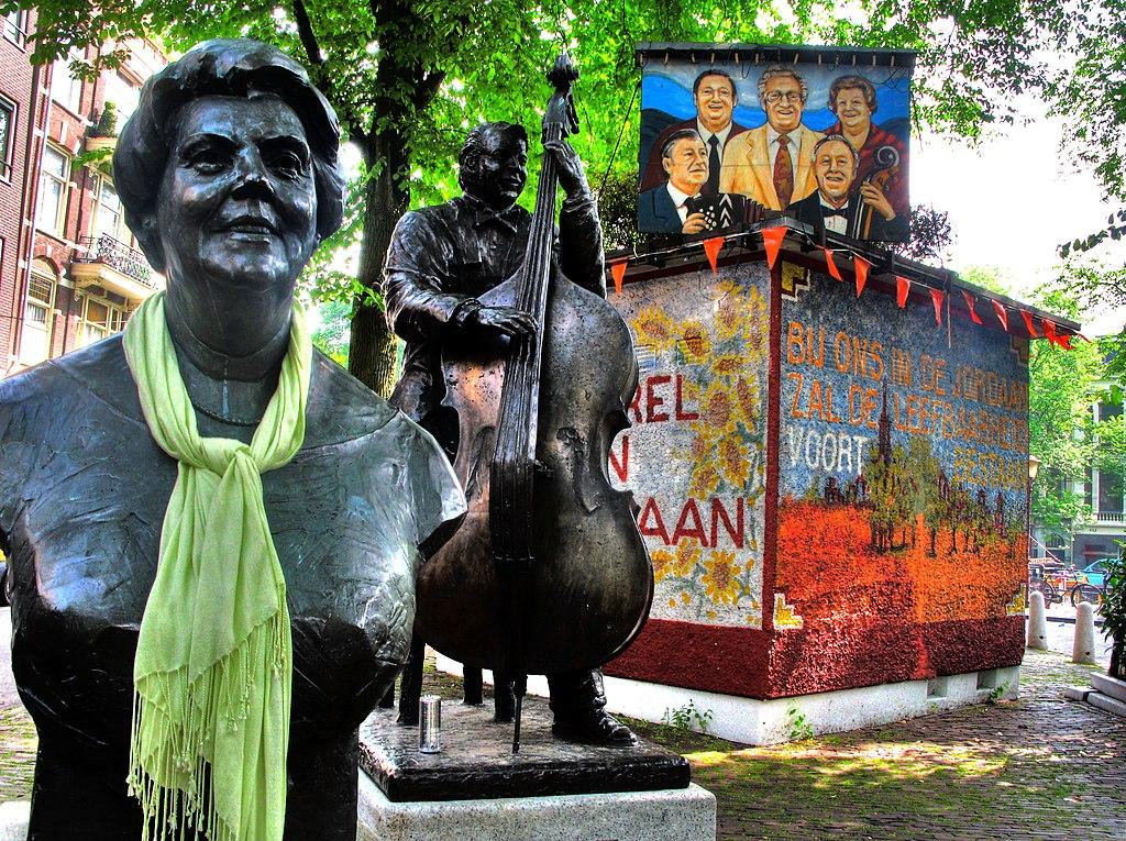 Statues en hommage de ses bardes locaux sur la place principale du Jordaan à Amsterdam.