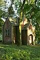 Kapliczka w parku.jpg