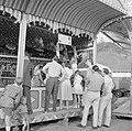 Kermisterrein aan de Rummelplatz met feestgangers bij de schiettent, Bestanddeelnr 254-3910.jpg