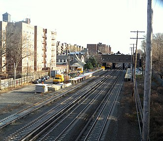 Kew Gardens station (LIRR) - The station's short platforms can be seen from the 82nd Avenue bridge over the Main Line.