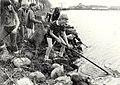 Kinderen die een grote schoonmaakactie houden in Zijkanaal C. Aangekocht in 1983 van fotograaf C. de Boer. - Negatiefnummer 23004 k 21 a. - Gepubliceerd in het Haarlems Dagblad van 27.04.198, NL-HlmNHA 1478 25900 K 38.JPG