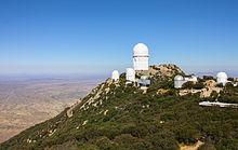 È ben visibile nell'immagine il telescopio Mayall, il più grande presente nel sito.
