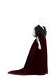 Klänning av mörkröd silkessammet med garnering av svart chantillyspets och svart silkestyll - Hallwylska museet - 89127.tif