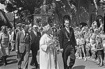 Koningin Juliana en prins Bernhard op Vlieland zij worden begeleid door burgeme, Bestanddeelnr 920-4912.jpg