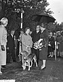 Koningin Juliana maakt een praatje, Bestanddeelnr 911-6202.jpg