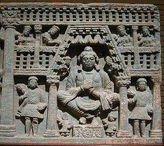 Maitreya, med Kushan tilhengere, venstre og høyre. 2nd-tallet Gandhara.