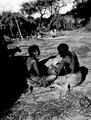 Kvinna som slätar ett av henne tillverkat lerkärl. Rio Pilcomayo, Bolivianska Chaco - SMVK - 004719.tif