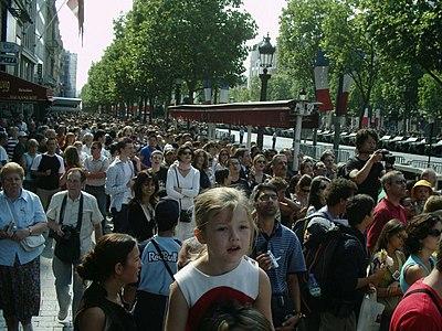 La foule sur les Champs-Élysées le 14 juillet 2006.jpg