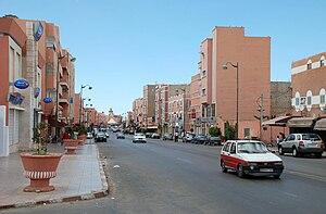 Hauptgeschäftsstraße Boulevard de Mekka. Im Hintergrund die Moschee Moulay Abd el Aziz