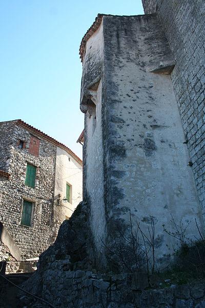 Laroque - Mur extérieur de la sacristie de la chapelle Saint-Jean, ancienne tour de défense du château.