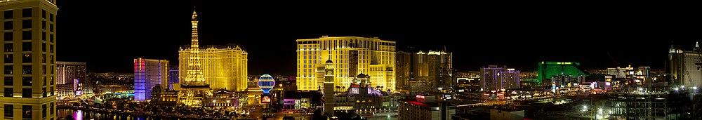 Suda duono de Las Vegas Strip dum la nokto kun CityCenter-konstruo sur la malsupra rajto, 2007
