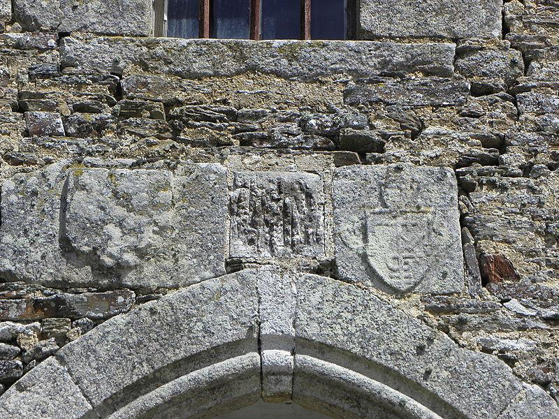 Écus, dont un de marchand, sommant l'arcade ogivale de la porte occidentale de l'église Saint-Loup du Lou-du-Lac (35).