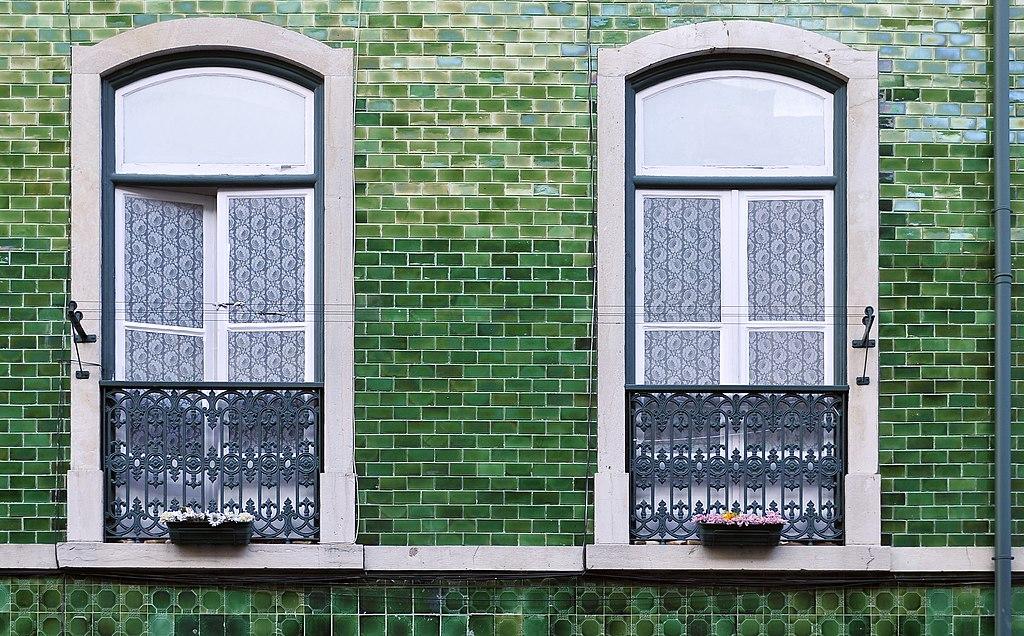> Fenêtre et façade verte à Lisbonne - Photo de LBM1948