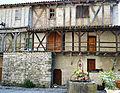 Maisons adossées au chevet de la collégiale Saint-Martin de Montpezat-de-Quercy 02.jpg