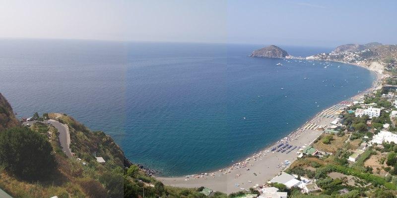 Photo panoramique de la plage Maronti sur l'île d'Ischia près de Naples