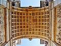 Milano Arco della Pace unter dem Torbogen.jpg
