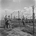 Militairen bij de prikkeldraadversperring, Bestanddeelnr 900-3436.jpg