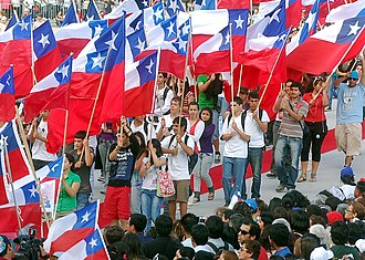 Chileans with flags of Chile Misa por Chile - Banderas.jpg