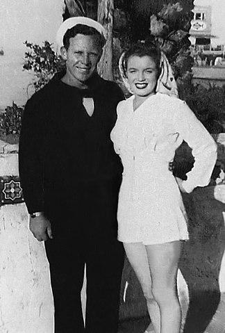 Мэрилин Монро со своим первым мужем Джеймсом Догерти, декабрь 1952 года