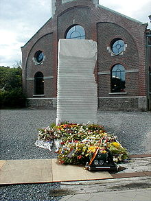8 août 1956. 220px-Monument_d%C3%A9di%C3%A9_aux_victimes_de_Bois_du_Cazier