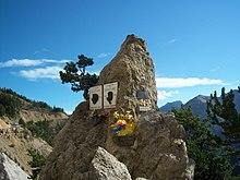 Photgraphie d'une stèle dans la montée d'un col.