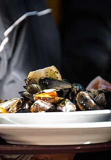 Moules marinières servies à Paris.jpg