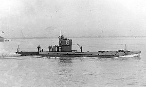 NH-53609 USS H-6 underway, circa 1922 with Sub Division 6 emblem on conning tower..jpg