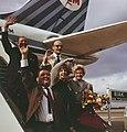 Nederlandse artiesten naar Nederlands Nieuw-Guinea. Op de vliegtuigtrap. vlnr. W, Bestanddeelnr 254-7256.jpg