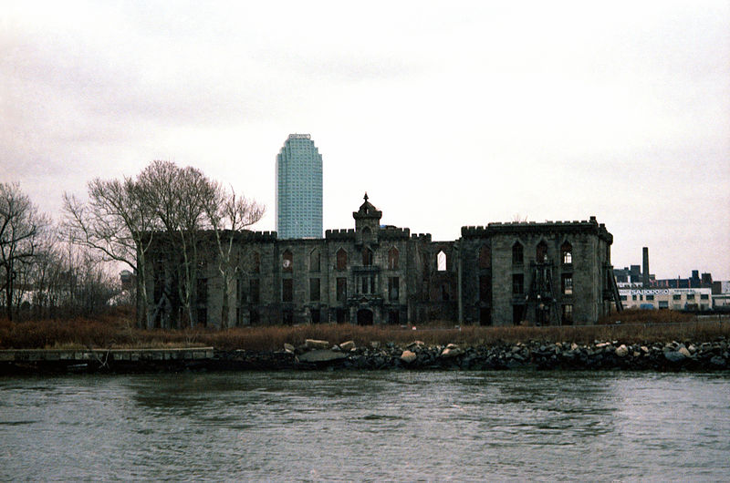 File:New-York-City,-Roosevelt-Island,-Smallpox-Hospital,-Eingangsfront-(1996).jpg