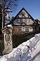 Nový Harcov (Liberec XVI) - kříž a čp. 17 v Kadlické ulici.jpg