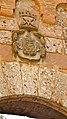 P1110011 Montserrat, Plaça de lAbat Oliba, détail darmoiries au-dessus de la porte conduisant à la basilique; rare vestige de lépoque médiévale (6350650229).jpg