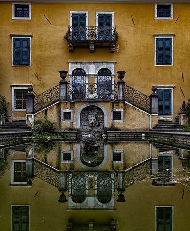 Palazzo Coronini Cronberg, parte posteriore, particolare piscina.jpg