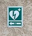 Panneau indiquant le défibrillateur sur un mur de la salle des fêtes de Sainte-Euphémie (Ain, France).JPG