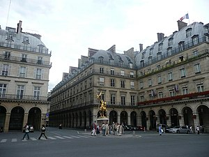 Place des Pyramides - Place des Pyramides and its Jeanne d'Arc statue.
