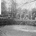 Pasen 1965, touristen op Keukenhof met paraplus gewapend, Bestanddeelnr 917-6622.jpg
